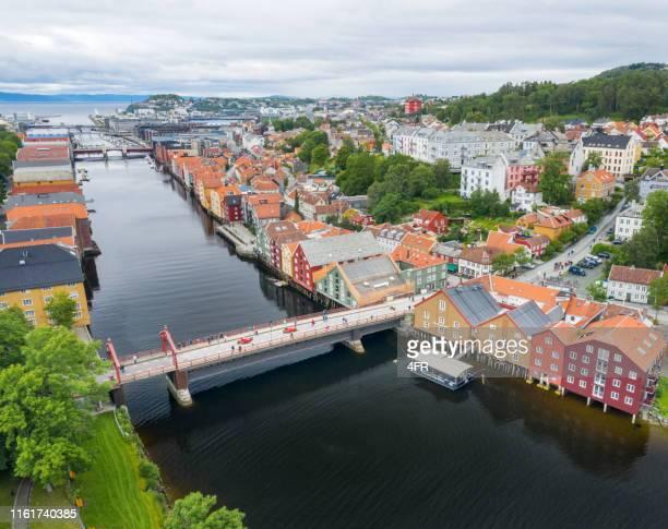 puente old bybro, barrio bakklandet, trondheim, noruega - trondheim fotografías e imágenes de stock