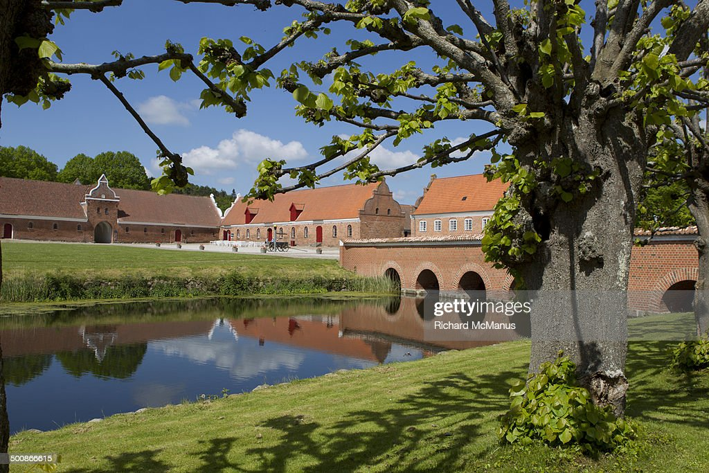 Gammel Estrup courtyard and reflection. : Stock-Foto