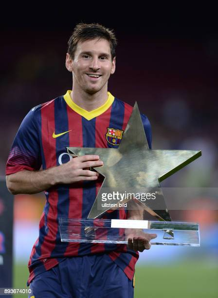 FUSSBALL INTERNATIONAL SAISON Gamper Cup 2013 FC Barcelona FC Santos Player of the Match Lionel Messi lacht mit Pokal
