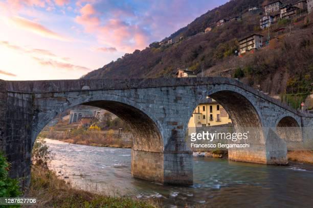 ganda bridge at sunset. - italia stockfoto's en -beelden