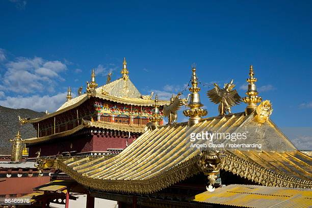 ganden sumsteling gompa (gandan sumtseling) (songzanlin si) buddhist monastery, shangri-la, formerly zhongdian, shangri-la region, yunnan province, china, asia - songzanlin monastery stockfoto's en -beelden