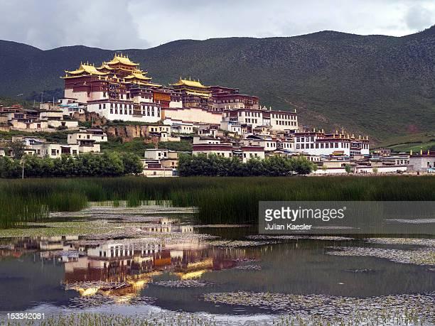 ganden sumtseling monastery - ganden sumtseling klooster stockfoto's en -beelden