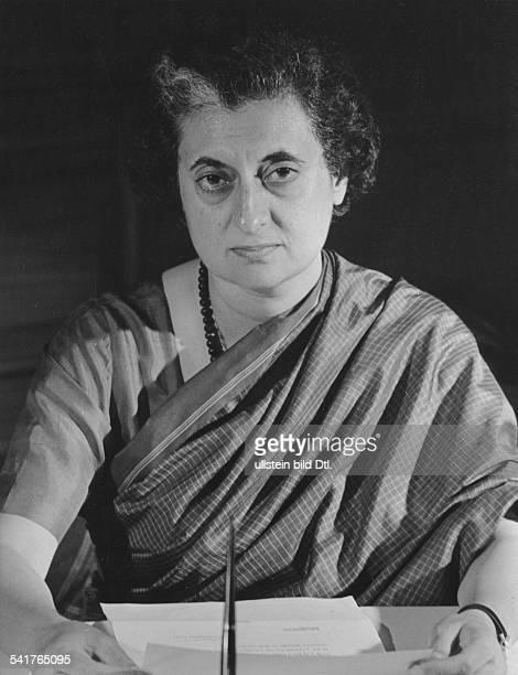 Gandhi Indira *Politikerin IndienPremierministerin 19661977 und 19801984 Halbportrait am Schreibtisch 1967