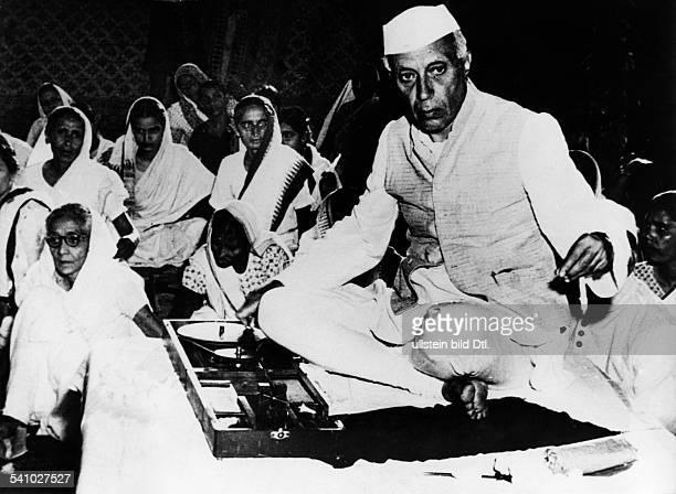 Gandhi Mahatma *02101869Politiker IndienFuehrer der indischen Unabhaengigkeitsbewegung Indiens Ministerpraesident Jawaharlal Nehru nimmt an einer...