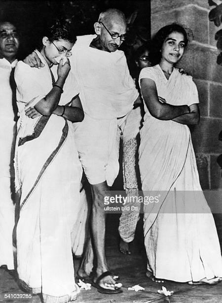 Gandhi Mahatma *02101869Politiker IndienFuehrer der indischen Unabhaengigkeitsbewegung im Garten seines Hauses mit Abha Gandhi und Dr Sushila Nayyar...