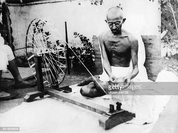 Gandhi Mahatma *02101869Politiker IndienFuehrer der indischen Unabhaengigkeitsbewegung am Spinnrad im SabarmatiAshram 1925