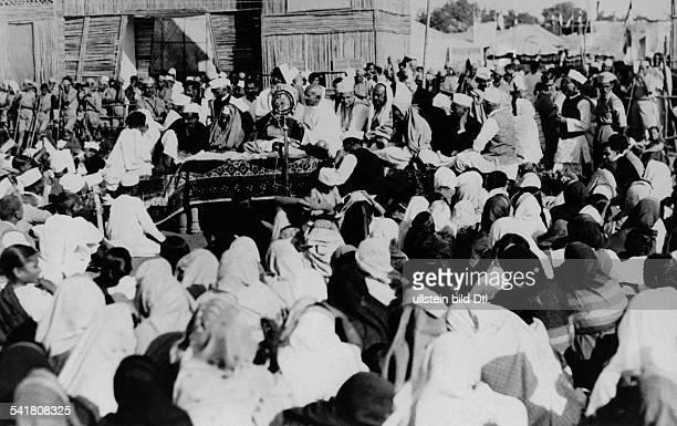 Gandhi Mahatma *02101869Politiker IndienFuehrer der indischen Unabhaengigkeitsbewegung beider Eroeffnung einer Ausstellung mitDorfprodukten inFaizapur