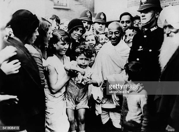 Gandhi Mahatma *02101869Politiker IndienFuehrer der indischen Unabhaengigkeitsbewegung inmitten von englischen Frauen und Kindern waehrend seines...