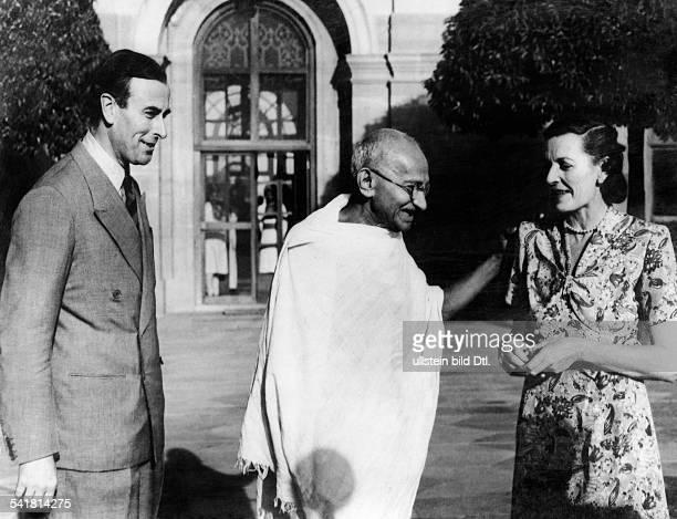 Gandhi Mahatma *02101869Politiker IndienFuehrer der indischen Unabhaengigkeitsbewegung erstes Treffen mit Lord Louis Mountbatten und dessen Ehefrau