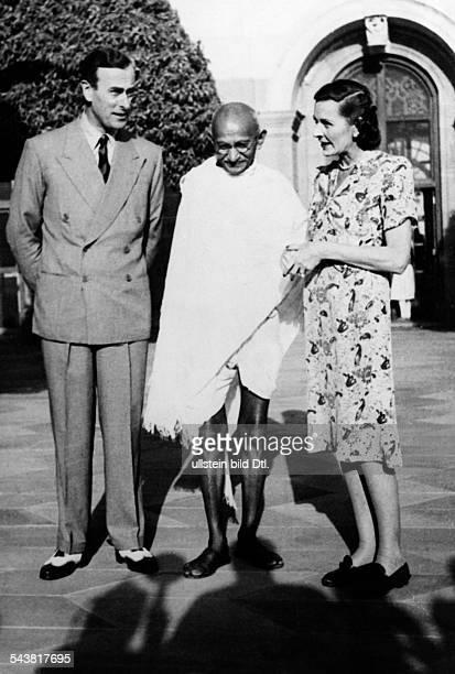 Gandhi Mahatma *02101869Politiker IndienFuehrer der indischen Unabhaengigkeitsbewegung Gandhi mit dem britischen Vizekoenig Lord Louis Mountbatten...