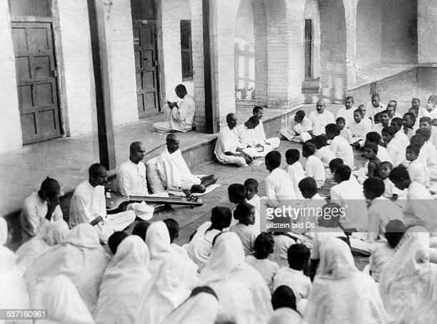 Gandhi Mahatma Politiker Indien Fuehrer der indischen Unabhaengigkeitsbewegung bei einer Ansprache zu seinen Anhaengern vor Beginn des Salzmarsches...