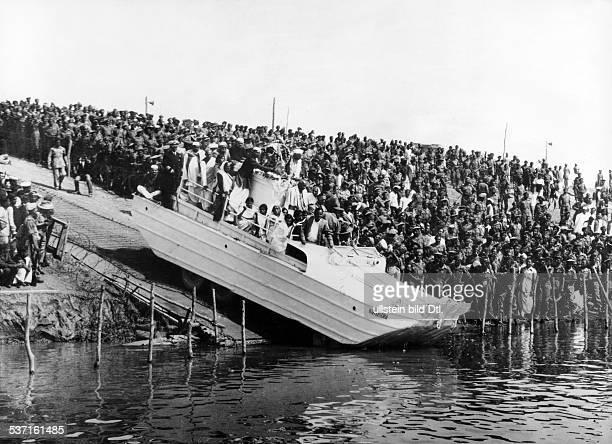 Gandhi Mahatma Politiker Indien Fuehrer der indischen Unabhaengigkeitsbewegung die Leiche Gandhis wird am Zusammenfluss von Jumna und Ganges mit...