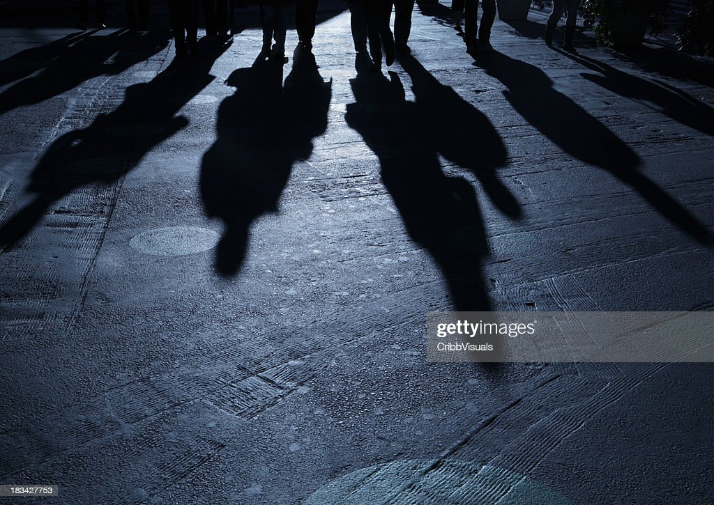 Gang of people advancing on viewer night shadows : Stockfoto