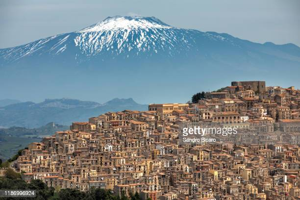 gangi town with mount etna in sicily italy - etna foto e immagini stock
