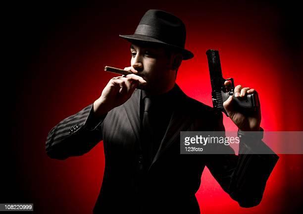 gangster mann rauchen zigarre und hält waffe - al capone stock-fotos und bilder