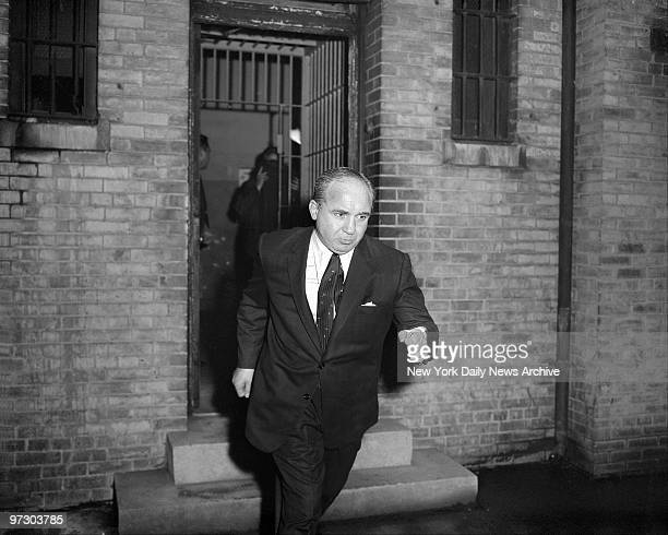Gangster Mickey Cohen hastens from court after posting bail