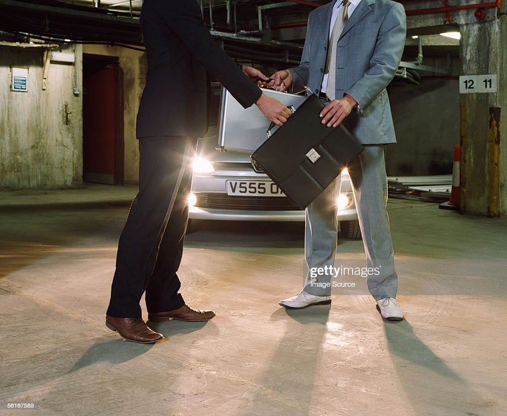 Gangsters swapping briefcases : Stock-Foto