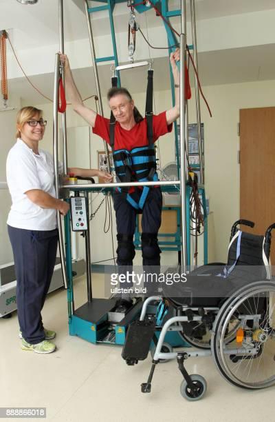 Gangtrainer - Physiotherapeutin Anne Wagner und Patient Freimut Lucht 65 J.