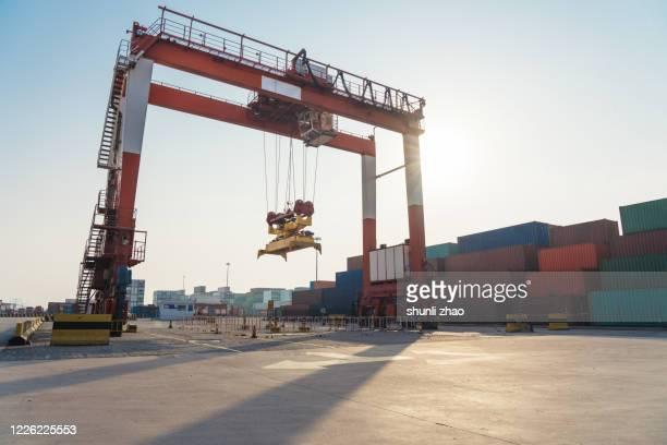 gantry crane in container terminal - 工業設備 ストックフォトと画像