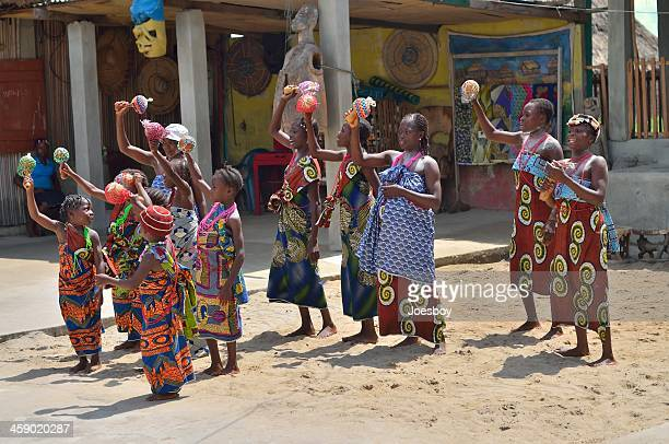 ganvié de la mujer y niñas coro - africano nativo fotografías e imágenes de stock