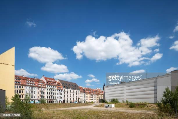 ドレスデン ノイマルクト、ドレスデン、ドイツの建物間の隙間 - 休耕田 ストックフォトと画像