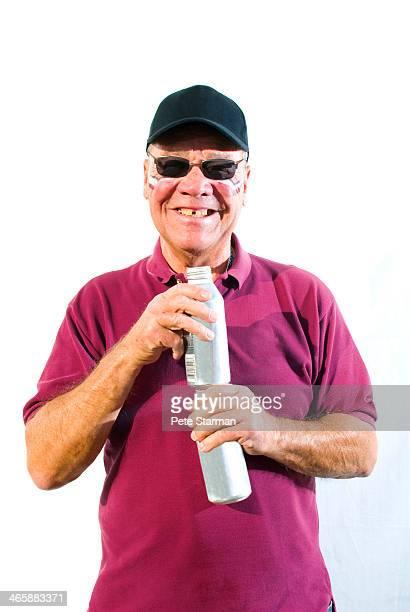 gap toothed tailgaitor holding beer cans. - personas sin dientes fotografías e imágenes de stock
