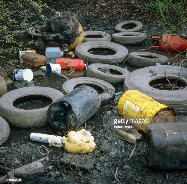 garage and other industrial waste dumped on waste ground, west midlands, uk. - kontaminierung stock-fotos und bilder