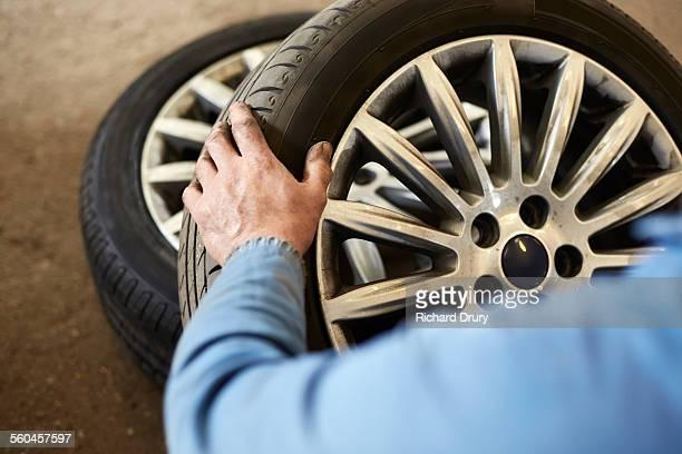 garage mechanic examining car tyre - pneu - fotografias e filmes do acervo