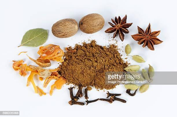 garam masala, surrounded by cardamom, cloves, nutmeg, star anise - garam masala stock photos and pictures