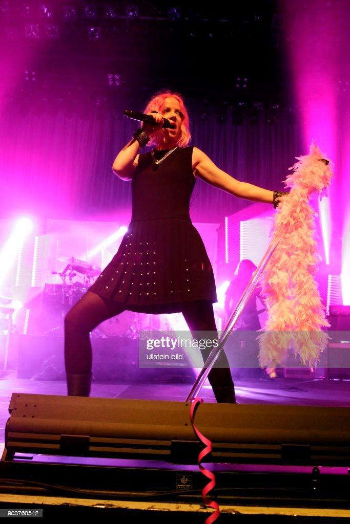 """Amerikanische Rockgruppe Garbage gastiert auf ihrer """"20 Years of Queer""""-Tour im Palladium Köln : News Photo"""