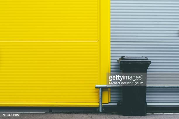 garbage bin against the wall - garbage bin stock pictures, royalty-free photos & images