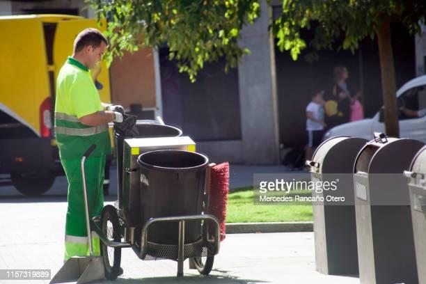 recolector de basura en la calle, carro, bolsa de plástico, escoba. - provincia de a coruña fotografías e imágenes de stock