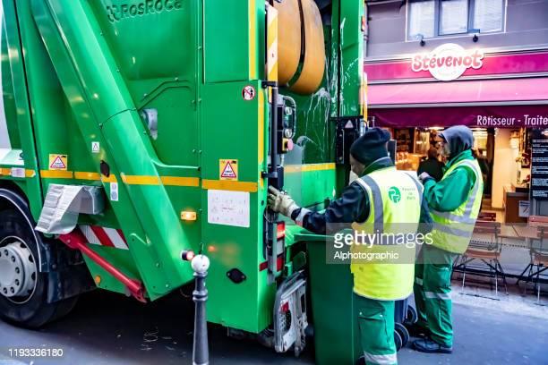 2019 camion à ordures rue cadet à paris - eboueur photos et images de collection