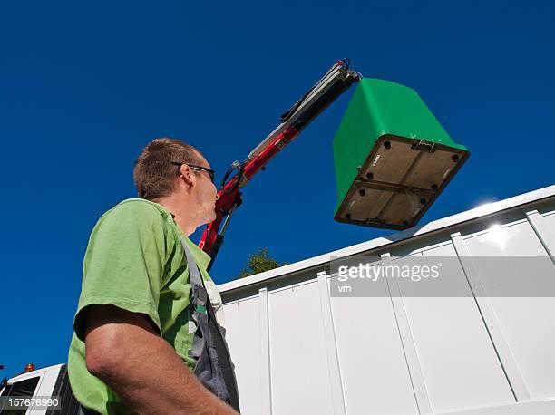 camion poubelles avec travailleur - eboueur photos et images de collection