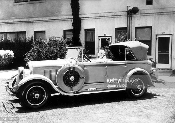 Garbo Greta *Schauspielerin Schweden in ihrem Auto 1929