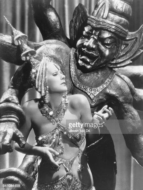 Garbo Greta Actress Sweden * dancing in a Javanese costume in front of a Javanese idol in the film 'Mata Hari' Directed by George Fitzmaurice USA...