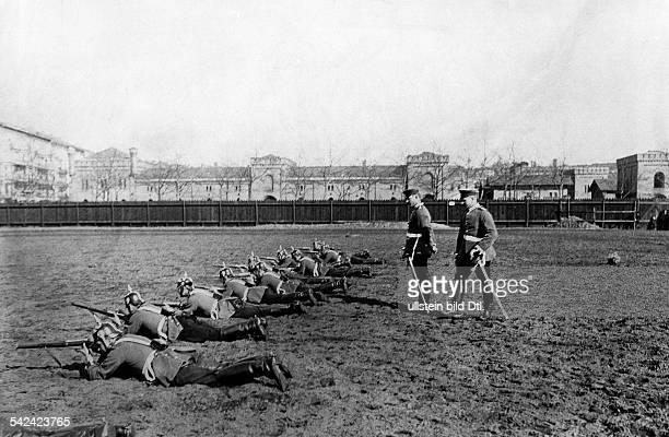 1 GardeDragoner Regiment in Berlin Kreuzberg Abgesessene Dragoner bei Schiessübungen mit dem Karabiner 1905