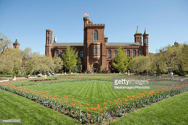 garden and grounds in front of smithsonian institute castle, washington dc, usa - smithsonian institution stock pictures, royalty-free photos & images