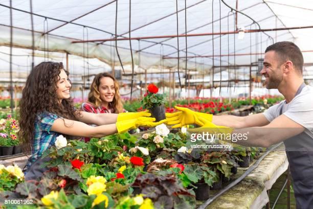Travailleurs de jardinerie s'amuser