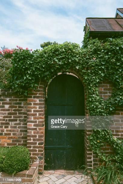 garden gate with ivy covered brick wall - バージニア州 アレクサンドリア ストックフォトと画像