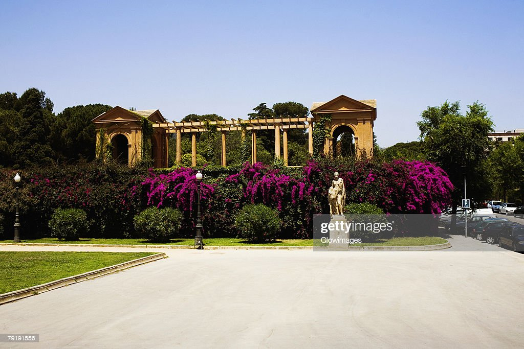 Garden in front of a building, Parc Guell, Barcelona, Spain : Foto de stock