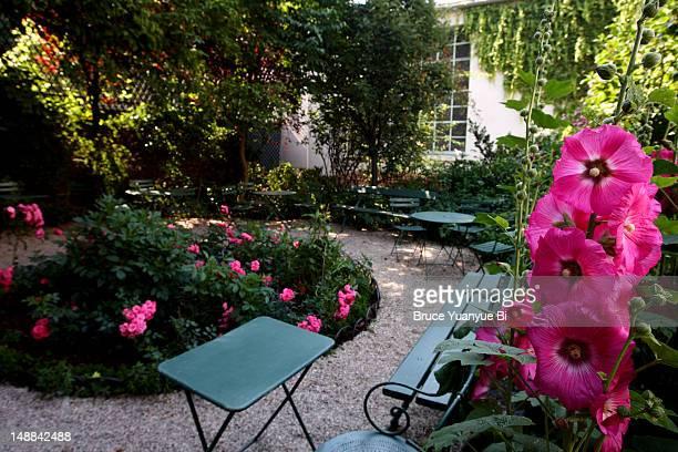 garden in musee de la vie romantique. - paris romantique stock pictures, royalty-free photos & images