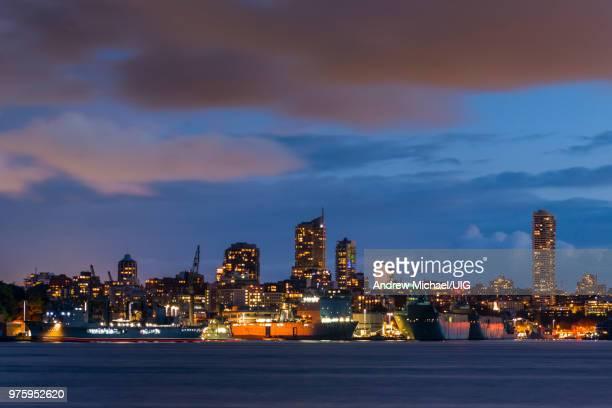 garden island naval base and potts point skyline at dusk, sydney harbor, australia. - marinebasis stockfoto's en -beelden