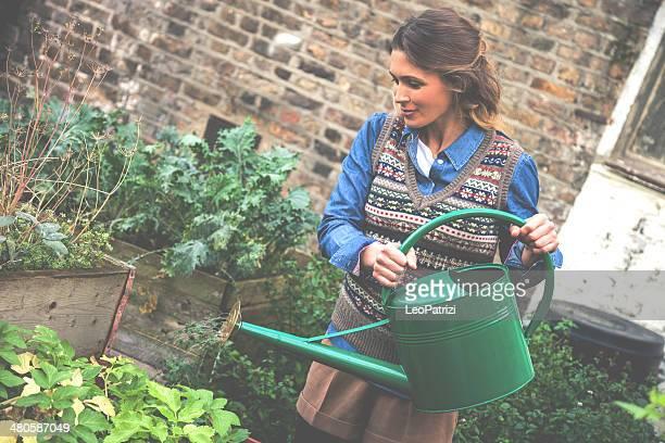 Gärtner gießen Pflanzen