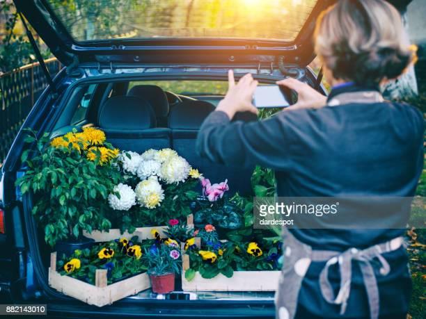 gärtnern ist meine leidenschaft! - auto kofferraum stock-fotos und bilder