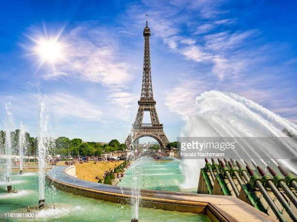 gardens of the trocadero with fountains against eiffel tower, paris, france - esplanade du trocadero stock pictures, royalty-free photos & images