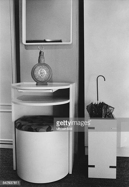 Garderobe aus Schleiflack mit rollbarem Hocker Schirmständer und Wandspiegel1970