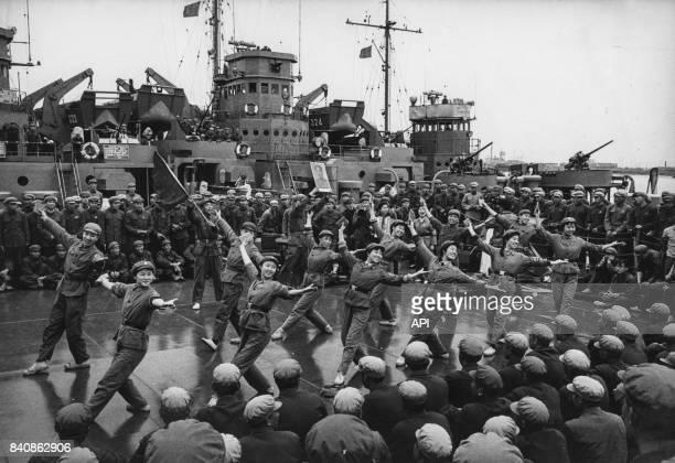 Gardes rouges animant un spectacle aux thèmes révolutionnaires pour les soldats de la marine chinoise le 15 juillet 1967 à Shanghai Chine