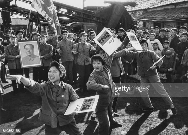 Gardes rouges animant un théatre de rue aux thèmes révolutionnaires le 23 mai 1967 à Shanghai Chine