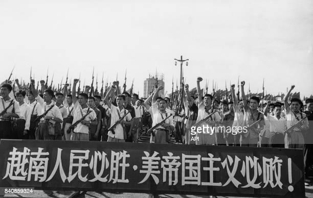 Gardes rouges armés manifestent contre la guerre du Vietnam le 10 juin 1967 à Pékin Chine